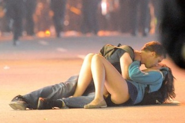 the-famous-kissing-couple-from-the-vancouver-riot-2-21075-1435317283-9_dblbig.jpg